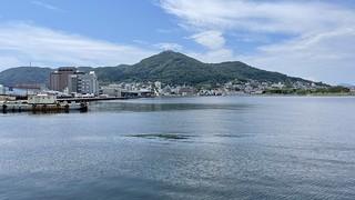 函館港越しの函館山