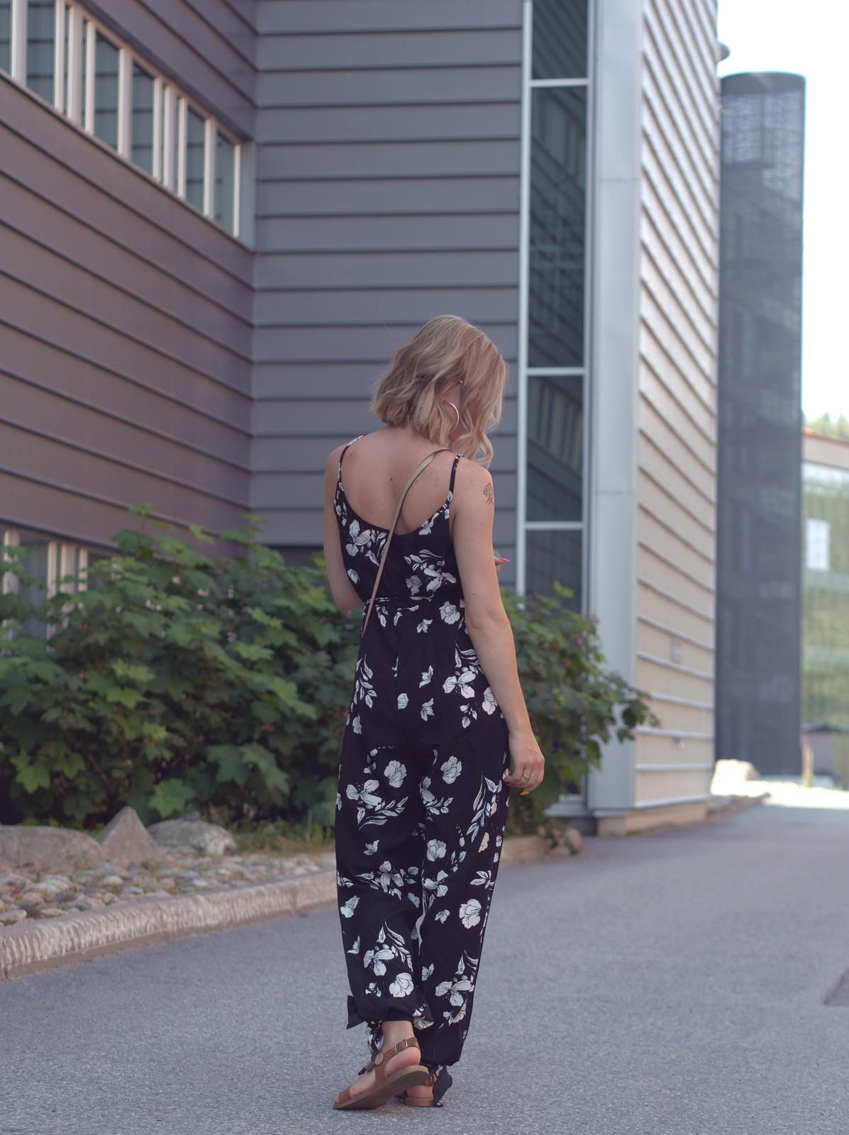 mustavalkoinen kukkahaalari jumpsuit