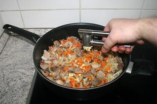 18 - Squeeze garlic in pan / Knoblauch in Pfanne pressen