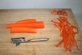 03 - Peel carrots / Möhren schälen