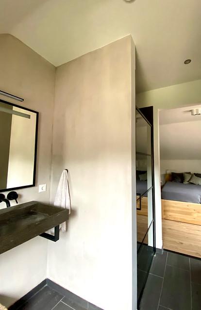 Boerderstijl woning badkamer en suite zwarte douchedeur