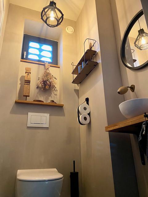 Landelijk toilet met houten plank kalkverf muren