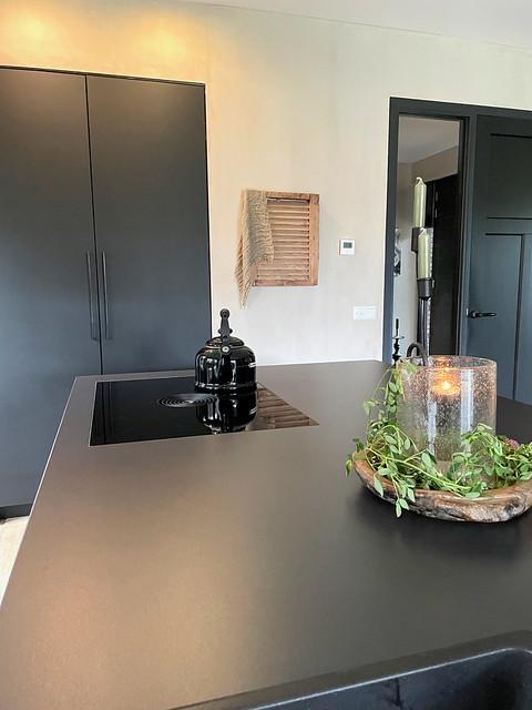 Zwarte strakke keuken landelijk industrieel interieur