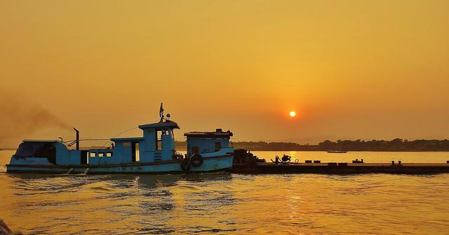 MYANMAR, Burma- Bootsfahrt auf dem Irrawaddy bei Bagan / Lastkahn im Sonnenuntergang  13953