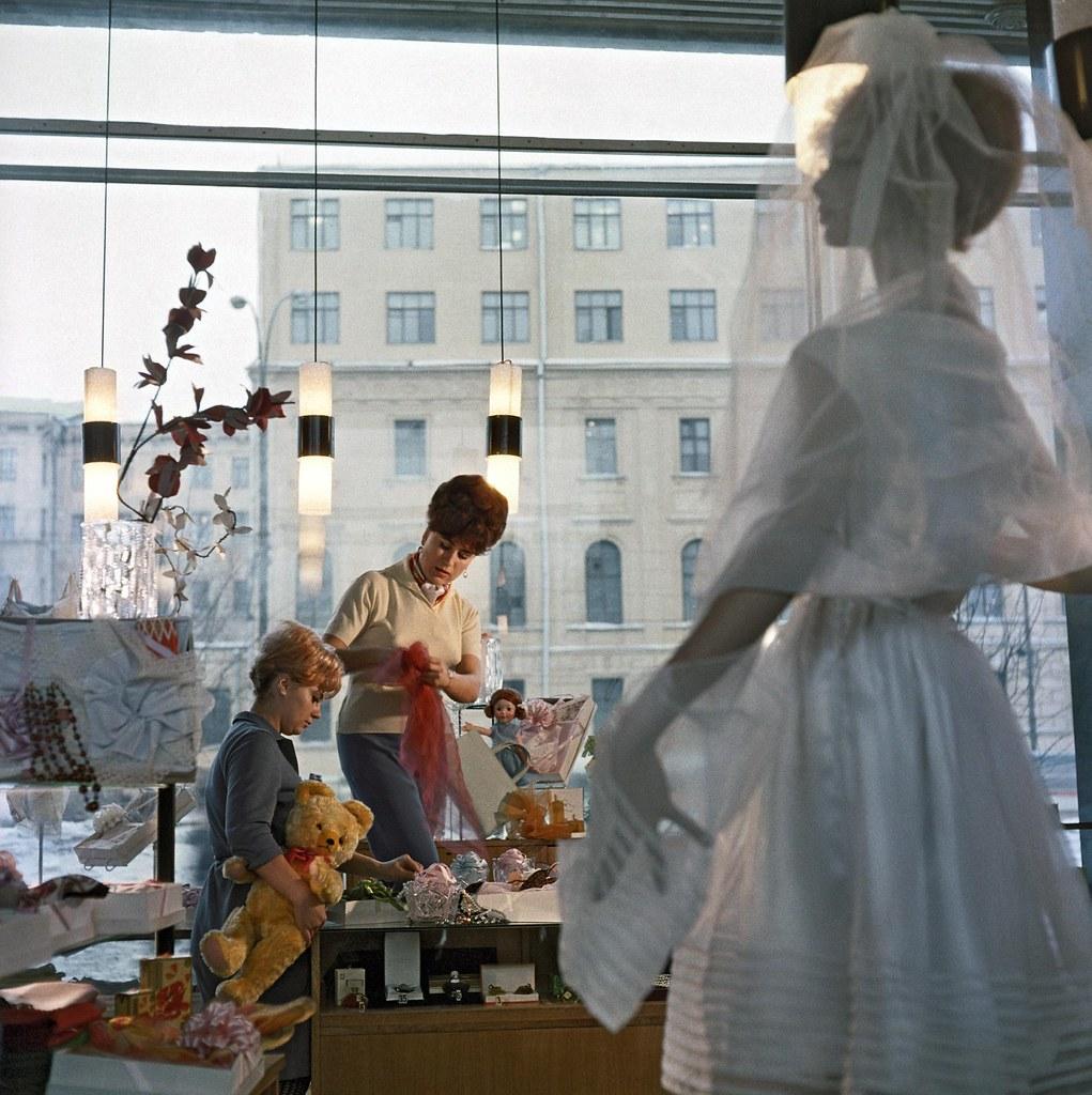 1967. В магазине «Подарки» готовят витрину к 8 Марта. Тункель И.Р., Ухтомский Д.