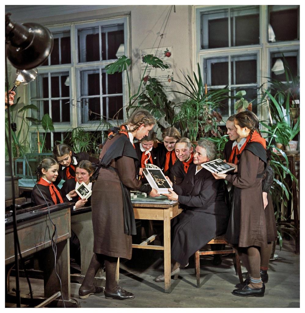 1953. Ученицы приносят изготовленные ими наглядные пособия для кабинета биологии. Фридлянд С.О.