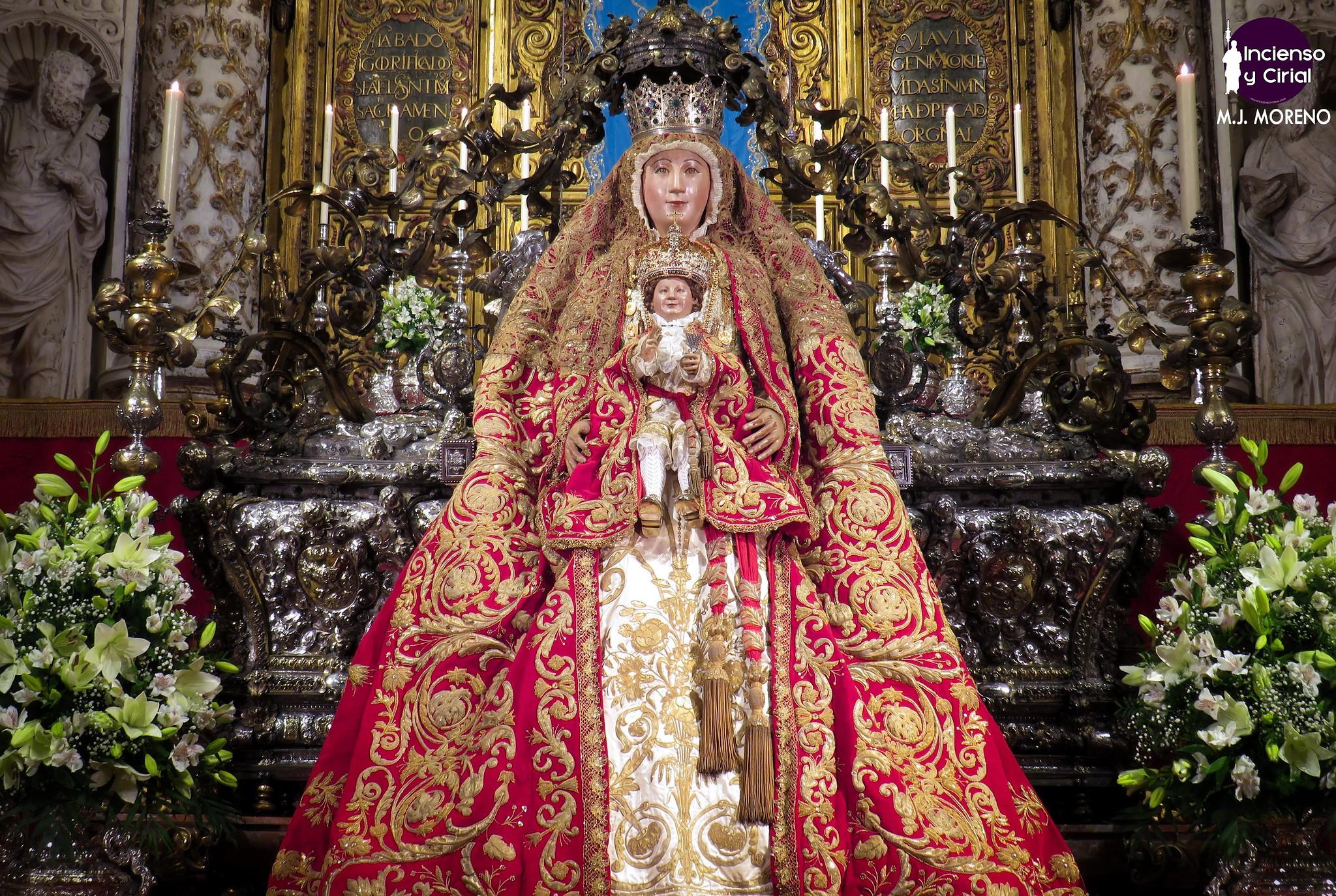 """El segundo """"besamanos"""" de la Virgen de los Reyes volvió al interior de la Capilla Real"""