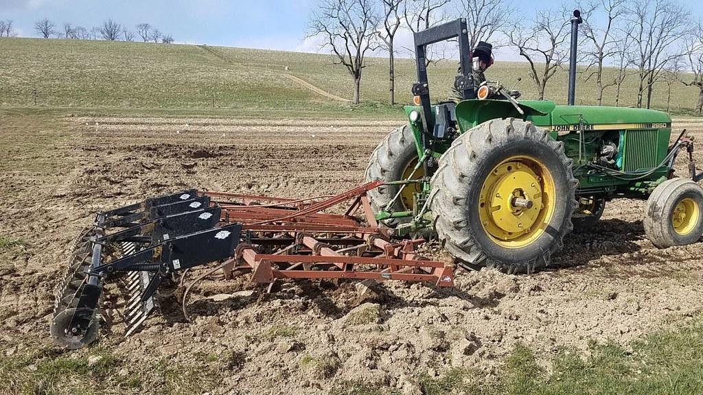 翻耕整地,使土壤深層的有機碳接觸到空氣,加速分解、回到大氣。照片來源:Rhodale Institute