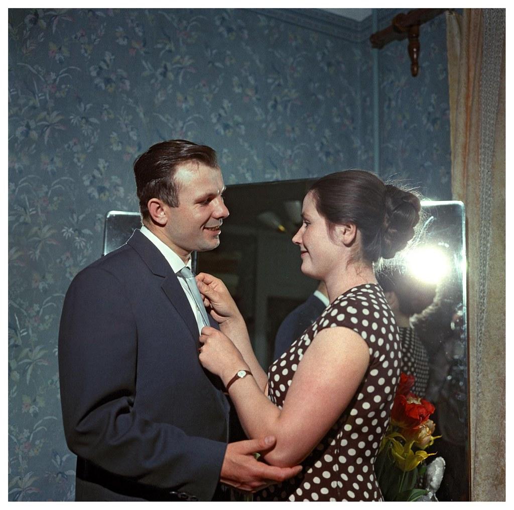 1962. Летчик-космонавт СССР Юрий Алексеевич Гагарин дома с женой Валентиной. Рюмкин Я.И.