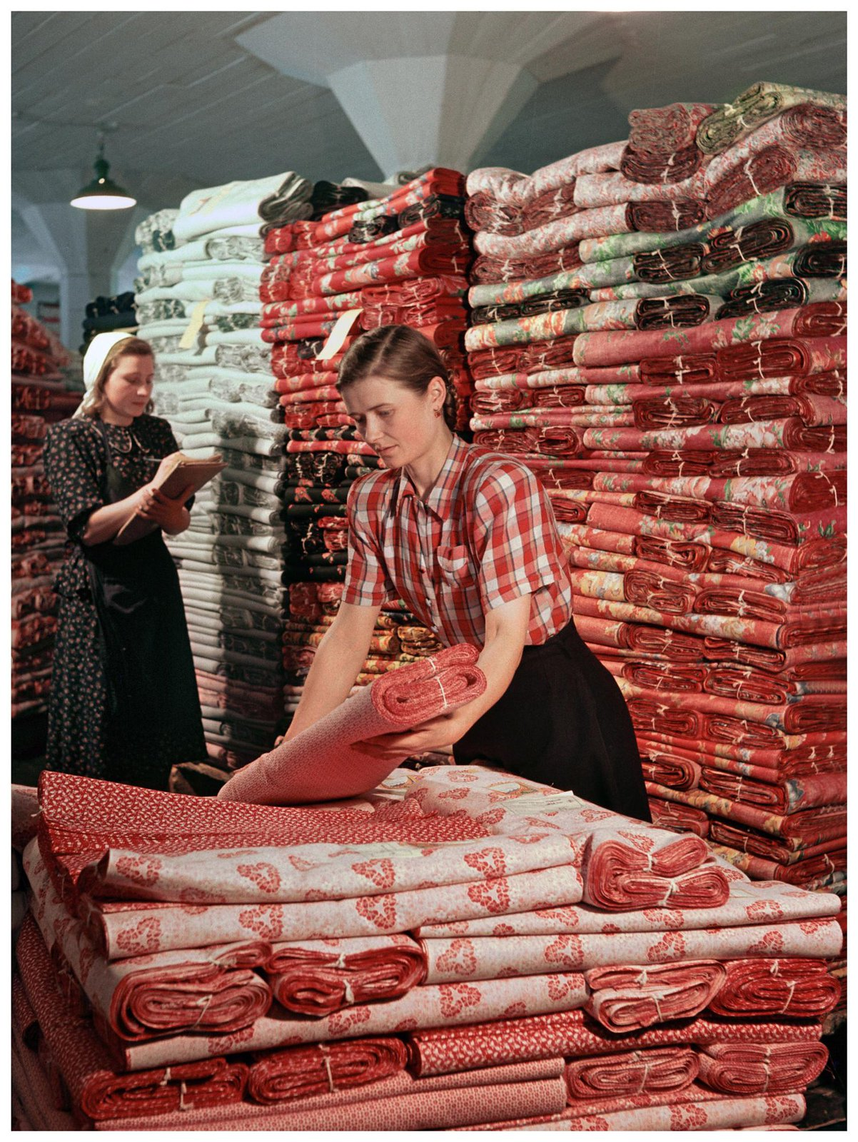 1953. Работницы-стахановки Ивановской выходной базы Антонина Марфина (справа) и Александра Морозова за упаковкой стеллаж. Рюмкин Я.И.
