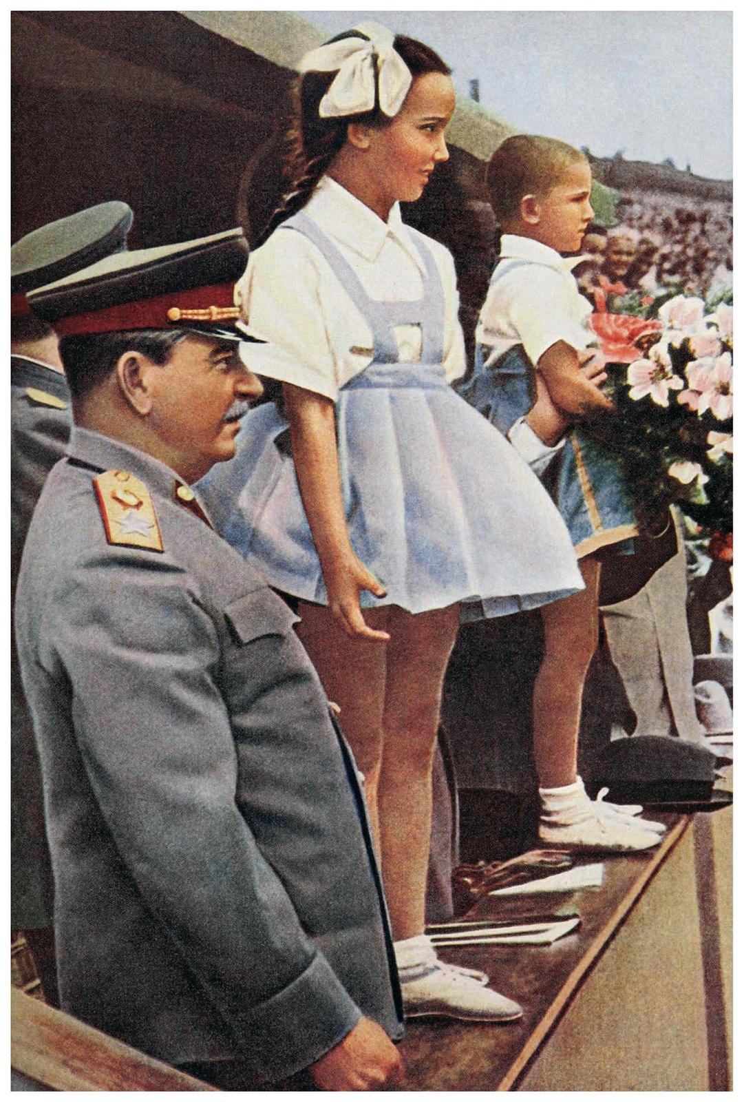 1946. Иосиф Виссарионович Сталин принимает цветы от московских школьников на Всесоюзном параде физкультурников. Красная площадь.