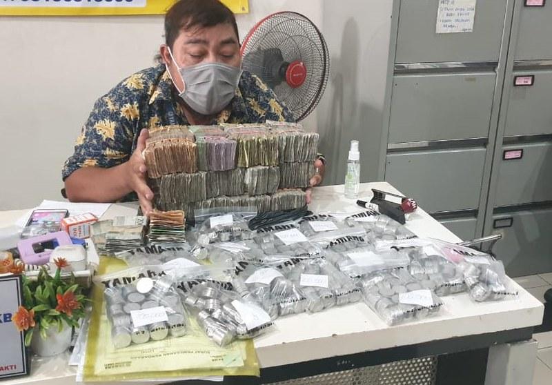 Tim sales dealer Yamaha Mataram Sakti Setiabudi, Semarang Jawa Tengah saat menghitung uang pecahan