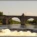 Uma ponte que atravessa as águas frias