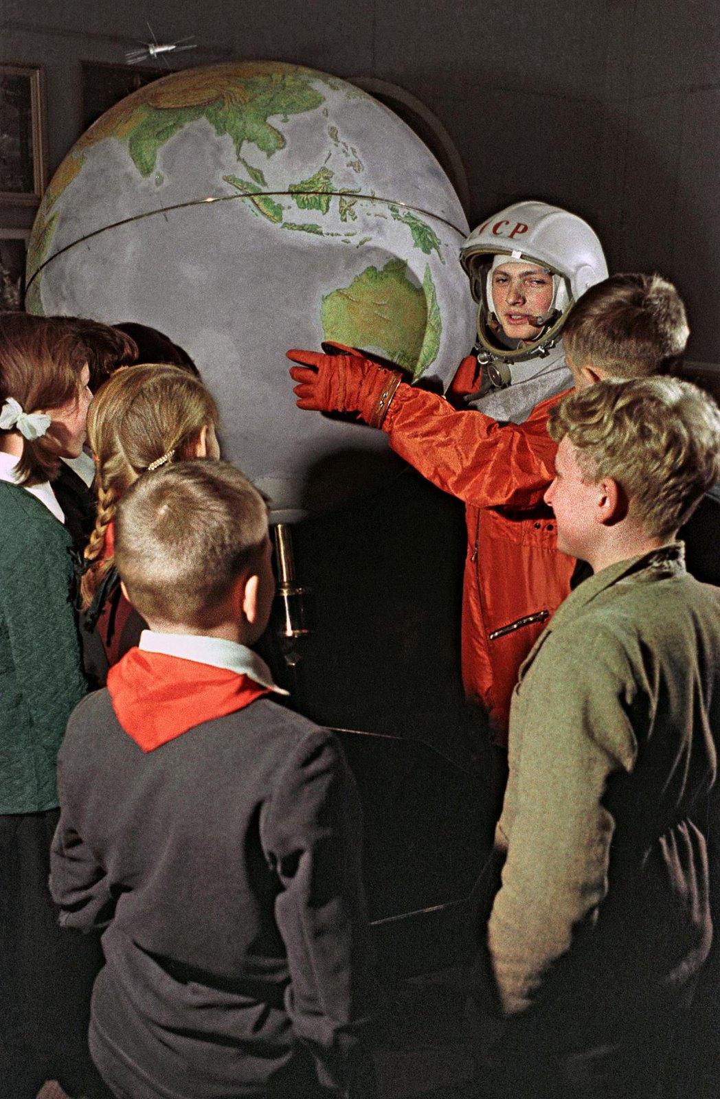 1963. В зале «Космос» Государственного политехнического музея в Москве. Макаров Г.