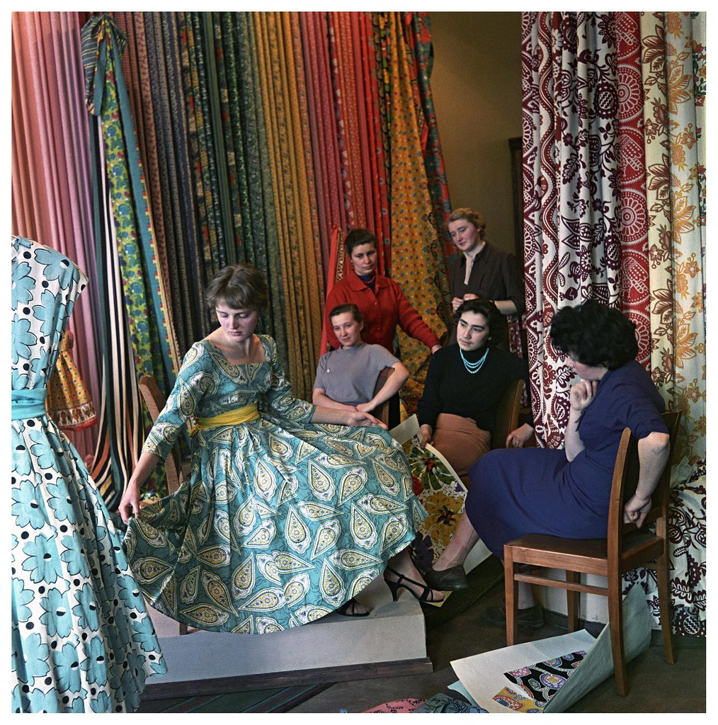 1959. Комбинат «Трехгорная мануфактура». В ассортиментном кабинете художница И. Годунова демонстрирует платье из ткани нового рисунка. Фридлянд С.О.