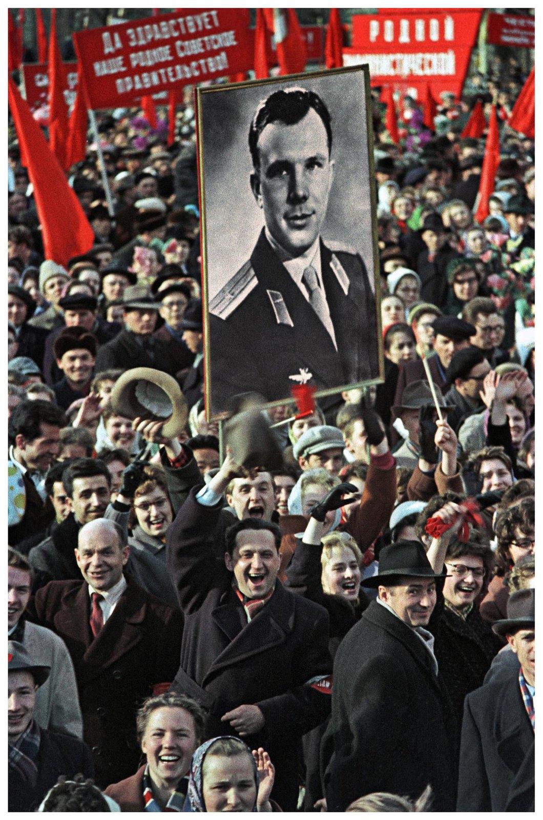 1961. Трудящиеся на Красной площади встречают Юрия Алексеевича Гагарина. 14 апреля