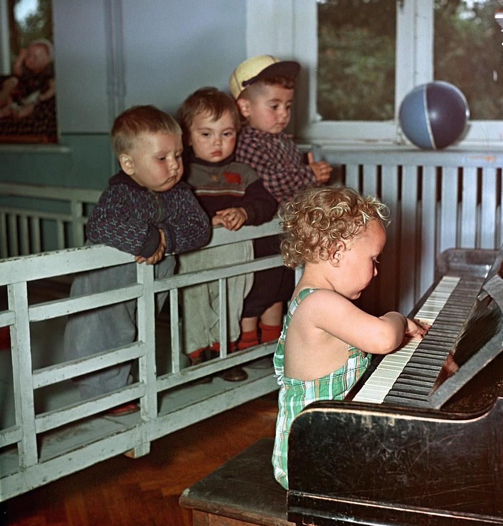 1957. В детских яслях Тбилисского прядильно-трикотажного комбината. Джейранов В.