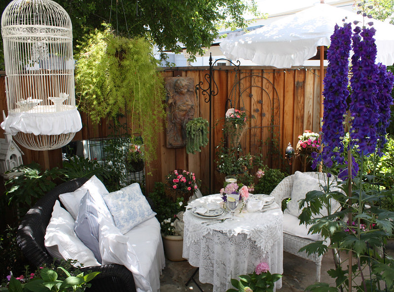 16-Enchanting-Shabby-Chic-Patio-Designs-For-Your-Garden-7