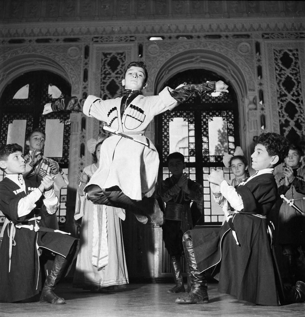 Восемь тысяч юных тбилисцев занимаются в кружках Дворца пионеров. Юные танцоры. сентябрь-октябрь