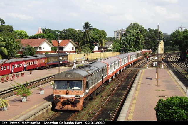 S8 839 approching Colombo Fort from P.C.S. Maligawattha in 22.01.2020