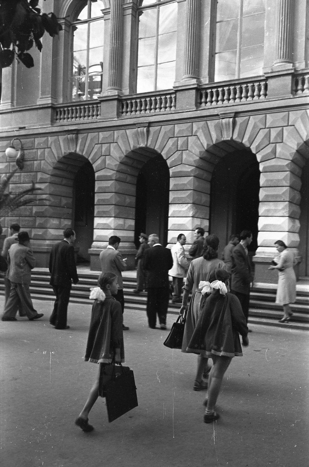 Тбилиси. У входа во Дворец пионеров и школьников (Воронцовский дворец). сентябрь-октябрь