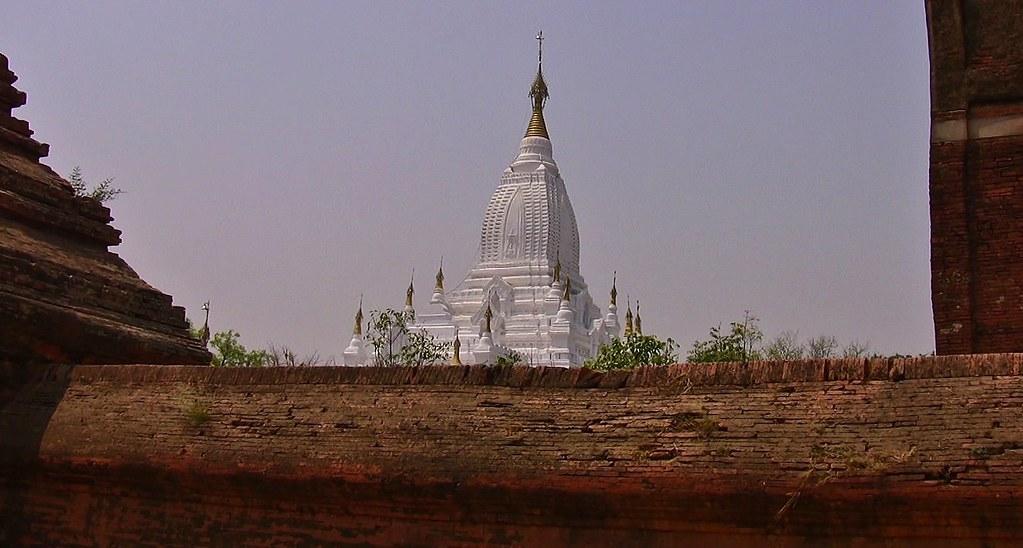MYANMAR, Burma- In der archäologischen Zone rund um Alt-Bagan, die weiße Pagode, 78441/13960
