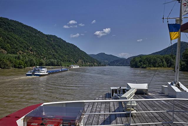 Viel Schiffsverkehr auf der Donau