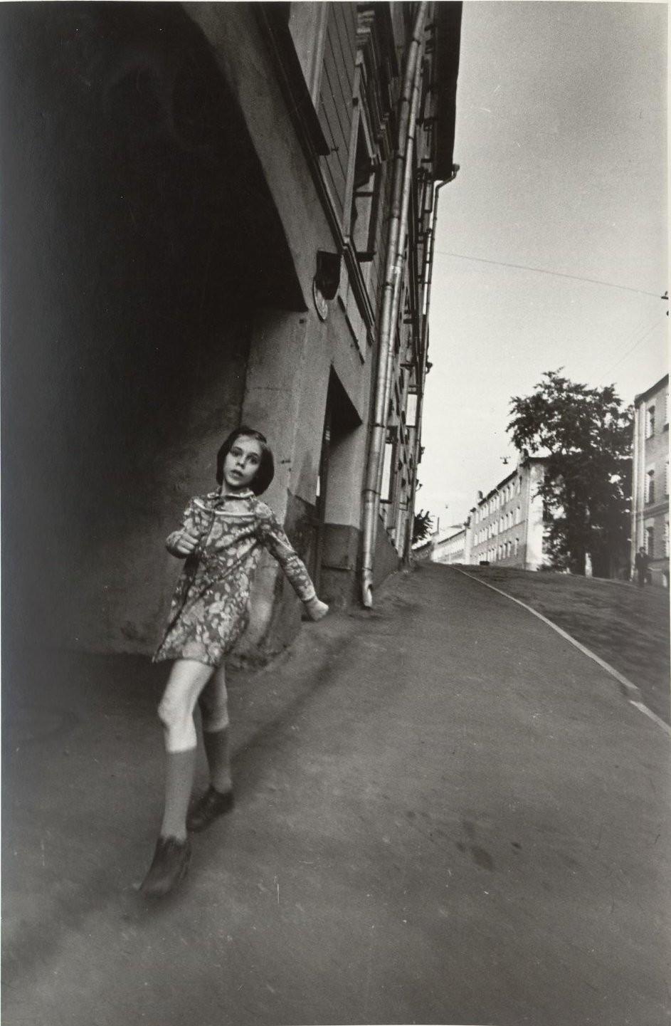 1985. Из серии «Улица». Девочка в Печатниковом переулке