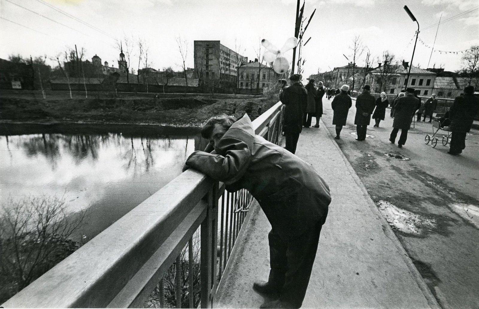 1975. Серия «Городок». На мосту