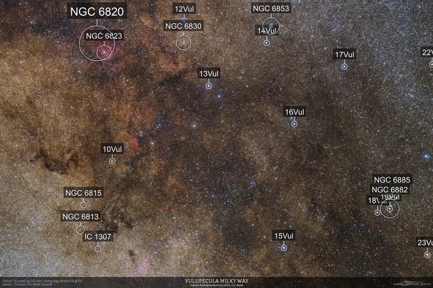 VCSE - A 10 Vil csillagtól a képen balra (az égen keletre) látható a Kunkori-köd. A környéken sok nyilthalmazt is meg lehet figyelni. - Forrás: Gabriel R. Santos, astrobin