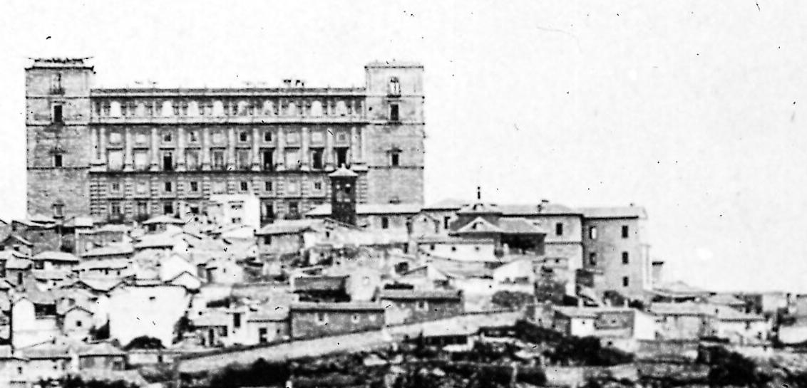 Alcázar hacia 1890, desmochado tras el incendio de 1887. A la derecha se ve el edificio de Capuchinos.