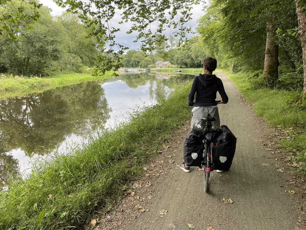 Bénédicte à vélo le long du canal