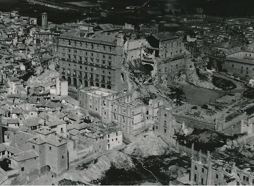 Entorno del Alcázar destruido tras el asedio de la guerra civil. Foto aérea donde se ve el edificio de Capuchinos y la zona del Corralillo de San Miguel. Colección Personal de Luis Alba