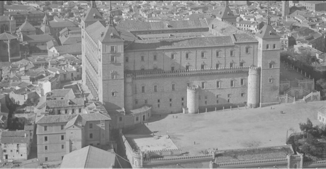 Convento de Capuchinos junto al Alcázar en los años 20. Foto aérea de Luis Ramón Marín.