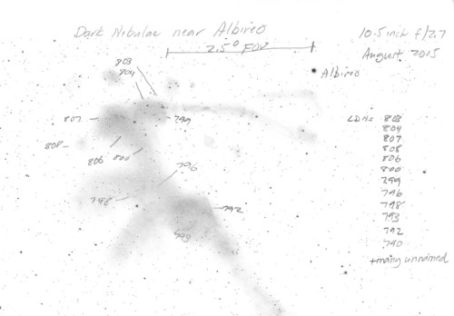 VCSE - Mel Bartels észlelése az Albideo környéki sötét és fénylő ködökről 26,7 cm-es, f/2,7-es fényerejű távcsővel készült. A látómező GoV, Field of View) a kép tetején van megjelölve. - Forrás: Mel Bartels honlapja (linka szövegben)