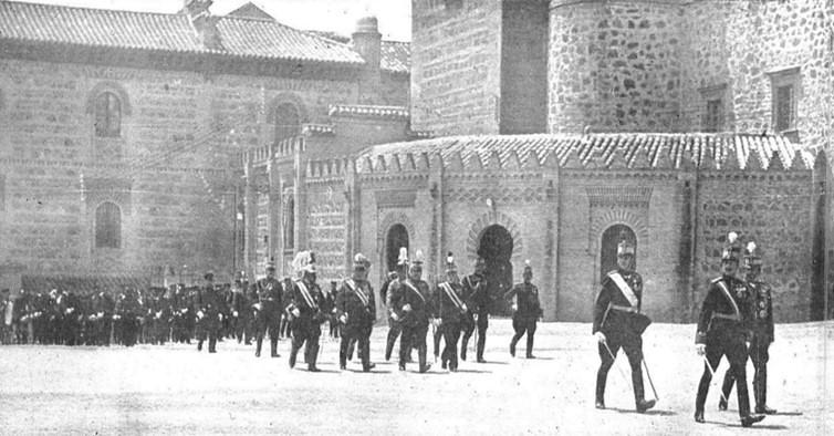 Paso curvo del Alcázar a Capuchinos en 1915 durante una visita del rey Alfonso XIII.  Publicada en Mundo Gráfico el 30 de junio de ese año.