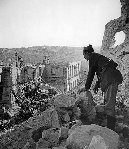 Un militar franquista se asoma a los escombros tras tomar el Alcázar. Al fondo los restos del Convento de Capuchinos.