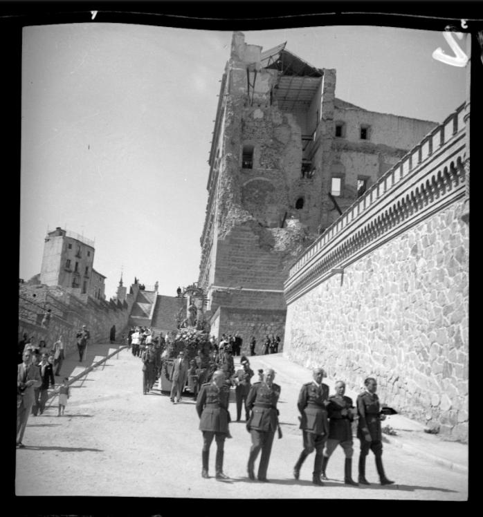 Fiestas Liberación Alcázar en 1951. Procesión con la Virgen del Alcázar en presencia de  Moscardó. Fondo Rodríguez, AHP, JCCM signatura [00002-00355-AC]