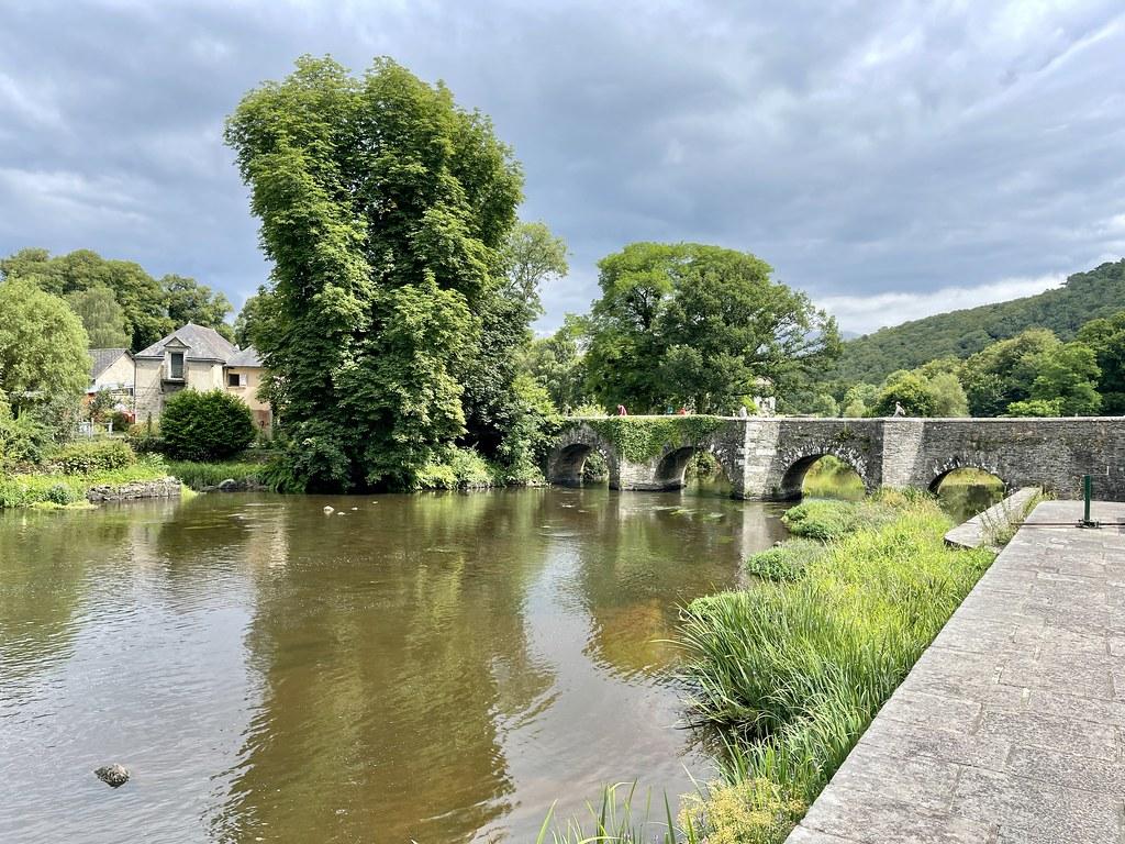 Pont de pierre sur la rivière (ou le canal ?