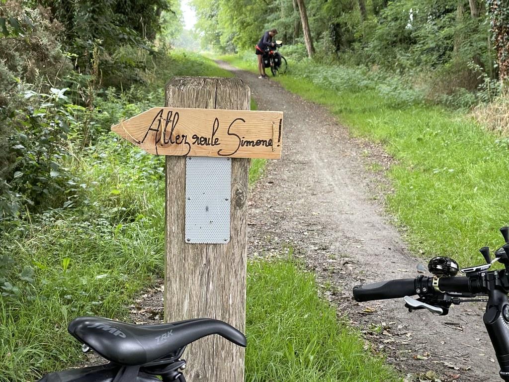 Pancarte 'allez roule Simone' sur un chemin