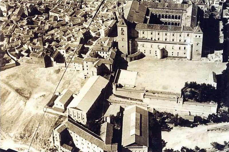 Foto aérea del edificio de Capuchinos junto al Alcázar en 1929