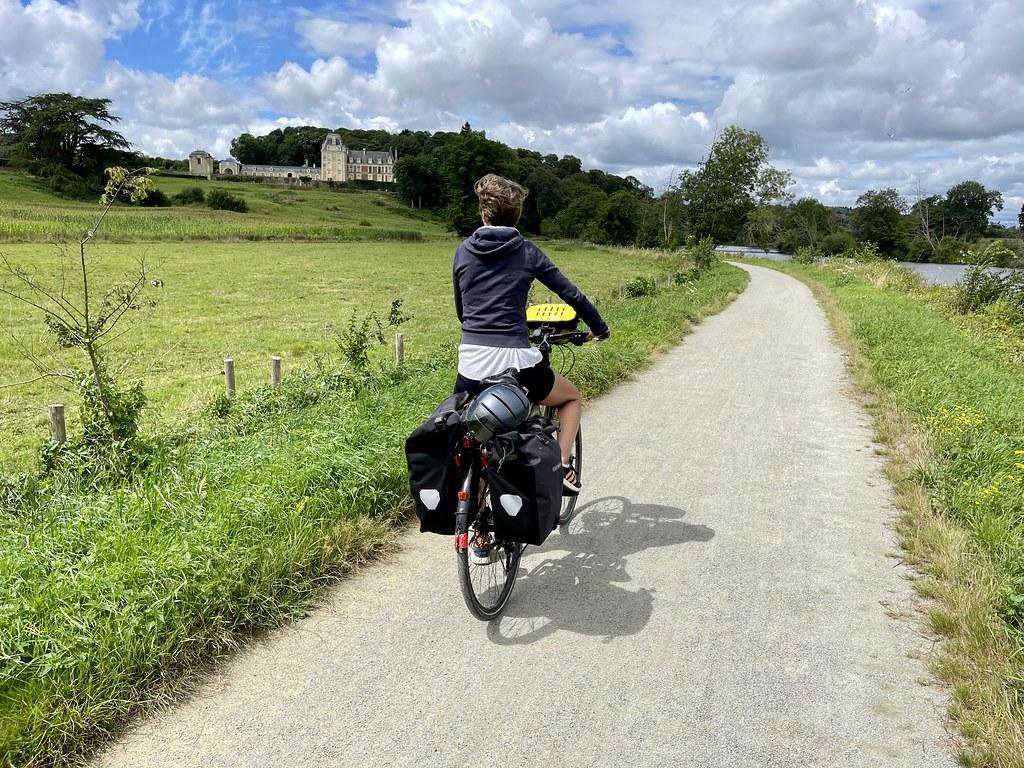 En passage au pied du château de la Rongère