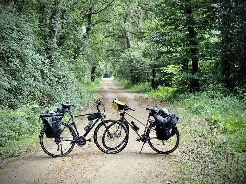 Deux vélos sur une voie verte