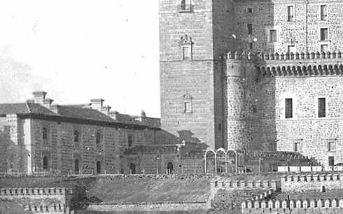 Construcción del paso curvo que unía el Alcázar con el edificio de capuchinos. Detalle de una foto de la casa Léon y Lévy tomada hacia 1885 desde el Castillo de San Servando
