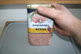 02 - Remove meat from can / Fleisch aus Dose holen