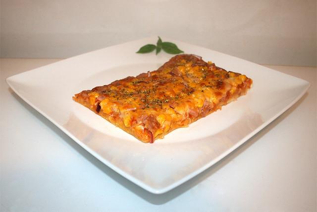 17 - Spam Pizza with corn & onion - Side view / Spam-Pizza mit Mais & Zwiebel - Seitenansicht