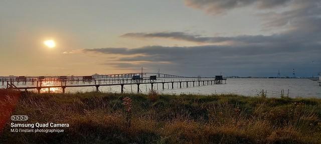 Soleil couchant à l'horizon du pont