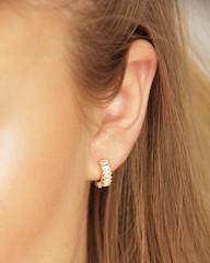 ✨💫 Glänzende Ohrringe gehen einfach immer, nicht wahr? 😍 Die Dauertrendsetter sind ein toller Hingucker und werten jedes Outfit optisch auf! Wie zum Beispiel unsere 'Edgy III' Creolen mit eckigen Zirkonia-Steinchen aus vergo
