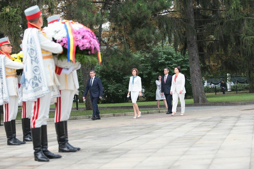"""27.08.2021 30 de ani ai independenței: Ceremonia depunerii de flori la Monumentul """"Maica Îndurerată"""" de la Complexul Memorial """"Eternitate"""""""