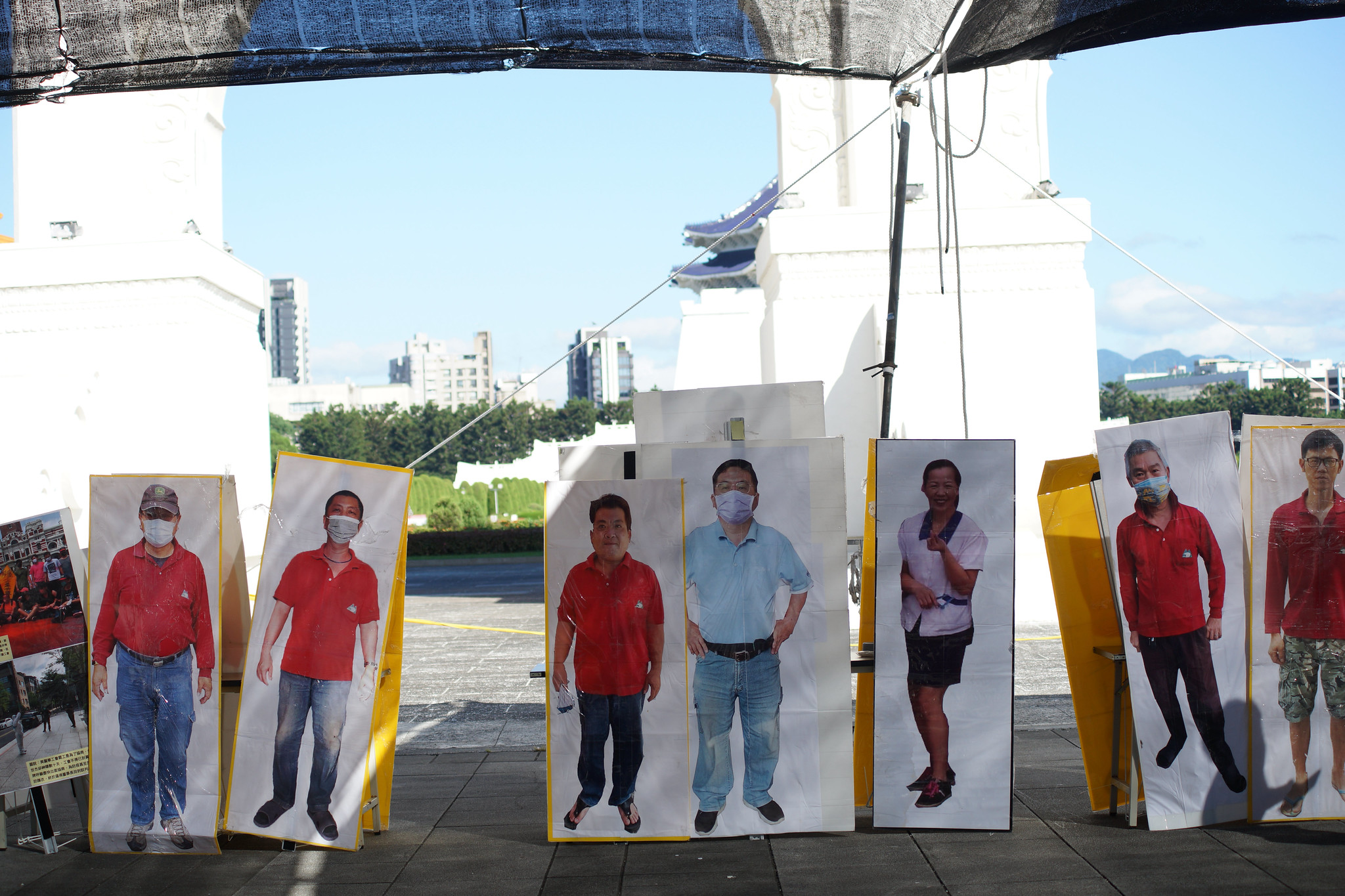 疫情下罷工的美麗華工會,日前在自由廣場展示他們為兼顧社交距離與人數控制而製作的人形立牌裝置。(攝影:王顥中)